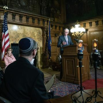 Rep. Dan Frankel commemorates the Holocaust at a civic commemoration.